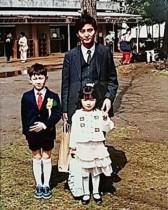 【エンタがビタミン♪】篠田麻里子、父兄と並ぶ幼少期の記念写真 「お父さんハンサム」と評判