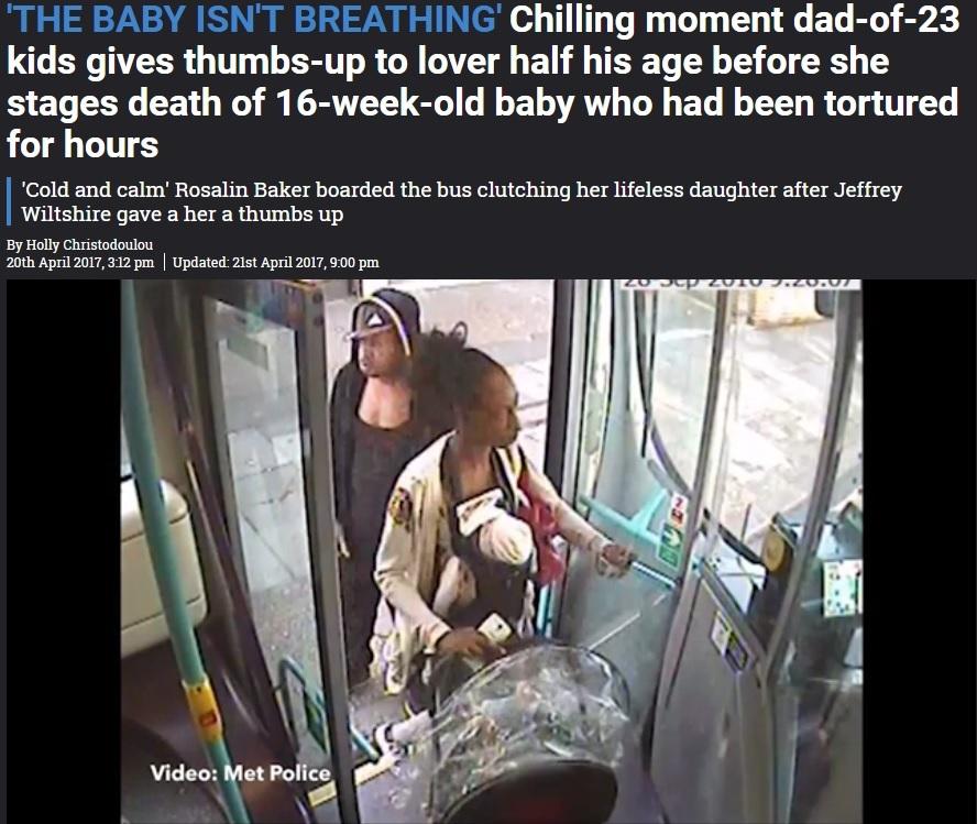 既に死亡した娘を抱え、バスに乗る母親(出典:https://www.thesun.co.uk)