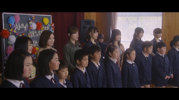 鏡山小児童たちと合唱するAKB48(C)AKS