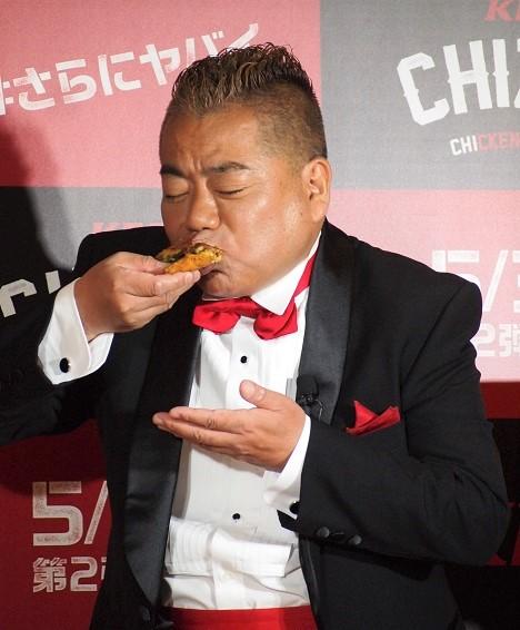 『CHIZZA(チッザ)』を食べる出川哲朗