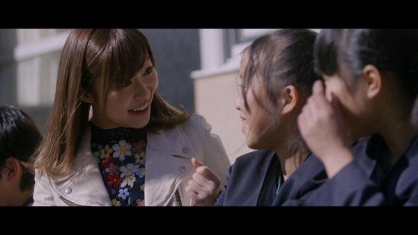 鏡山小の児童とおしゃべりする指原莉乃(C)AKS