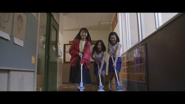鏡山小児童と掃除する向井地美音(C)AKS