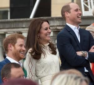 【イタすぎるセレブ達】ウィリアム王子夫妻&ヘンリー王子、宮殿に多くの子供達を招く