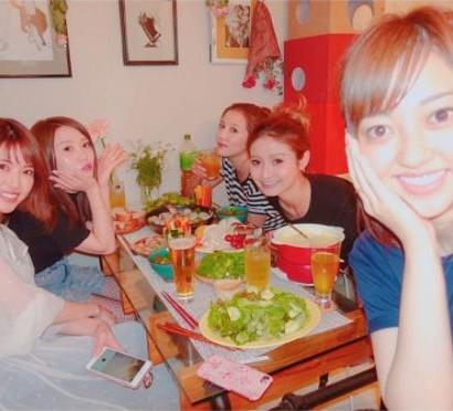 """【エンタがビタミン♪】菊地亜美、くみっきー宅で""""お家ごはん""""パーティー「私は食べに来ただけ笑」"""