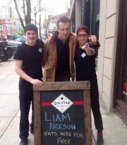 【イタすぎるセレブ達】リーアム・ニーソン、「リーアムぜひ当店で無料のお食事を」看板掲げた店に現れる