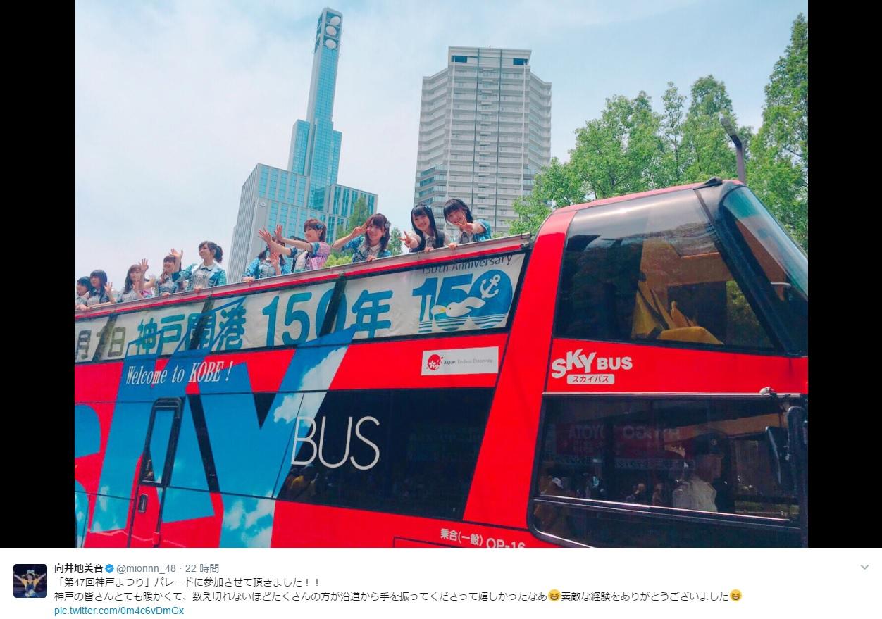 """""""神戸まつり""""パレードで手を振るAKB48(出典:https://twitter.com/mionnn_48)"""