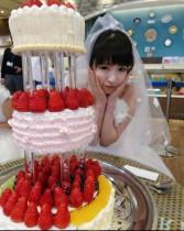 【エンタがビタミン♪】もえあず、花嫁姿で「あこがれのウェディングケーキ」 『大食い王』オフショット