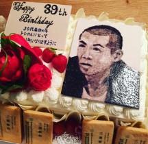 【エンタがビタミン♪】タカトシ・タカ、相方へのバースデーケーキが豪華だけど「遺影みたい」に
