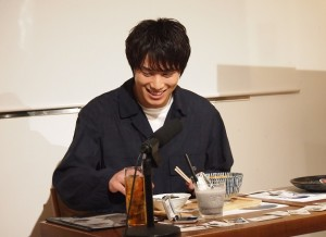 実食を前に嬉しそうな鈴木伸之(c)石田スイ/集英社