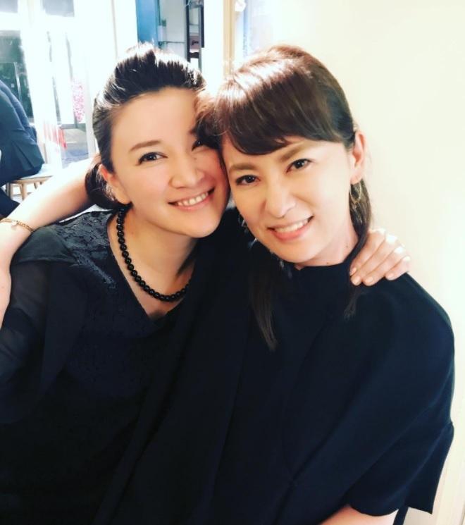 島崎和歌子と鈴木砂羽(画像は『鈴木砂羽 2017年6月10日付Instagram』のスクリーンショット)