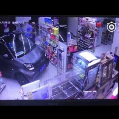 【海外発!Breaking News】車ごとコンビニに入店 乗車したまま買い物した男(中国)<動画あり>