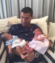 【イタすぎるセレブ達・番外編】クリスティアーノ・ロナウドに双子が誕生 未婚のまま3児のパパに