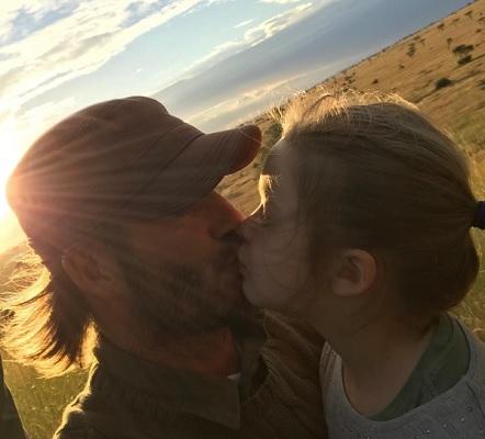 デヴィッド・ベッカム、娘とのキスはノープロブレム?(画像は『David Beckham 2017年6月2日付Instagram「Kiss for Daddy」』のスクリーンショット)