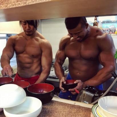 【エンタがビタミン♪】棚橋弘至が北村克哉と台所で洗い物 上半身裸の2人に「最高の筋肉キッチン!」