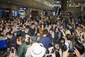 浦東空港で現地ファンに囲まれる上戸彩と斎藤工(C)2017フジテレビジョン 東宝 FNS27社