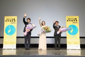 舞台挨拶に登壇した斎藤工と上戸彩(C)2017フジテレビジョン 東宝 FNS27社