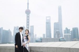 上海を訪れた斎藤工と上戸彩(C)2017フジテレビジョン 東宝 FNS27社