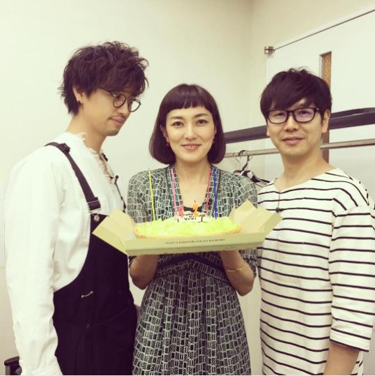 斎藤工、板谷由夏、中井圭(画像は『板谷由夏 2017年6月21日付Instagram「1日早くお祝いして頂いた。」』のスクリーンショット)