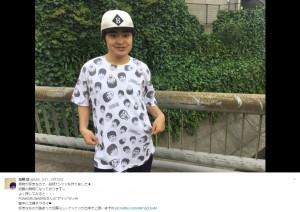 オリジナルTシャツを着る加藤諒(画像は『加藤諒 2017年5月25日付Twitter「柄物が好きなので、総柄Tシャツも作りました」』のスクリーンショット)
