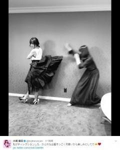 かとれなのスカートをめくるこじはる(画像は『小嶋陽菜 2017年6月14日付Twitter「私がディレクションした、かとれな企画すっごく可愛いから楽しみにしてて」』のスクリーンショット)