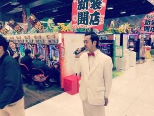 年末のパチンコ店で歌うムーディ勝山(画像は『ムーディ勝山 2016年12月29日付Instagram「中途半端に3箱出て実践終了」』のスクリーンショット)