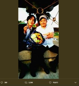 松坂桃李と白石和彌監督(画像は『松坂桃李 2017年5月20日付Twitter「『孤狼の血』ついにアップしました。」』のスクリーンショット)