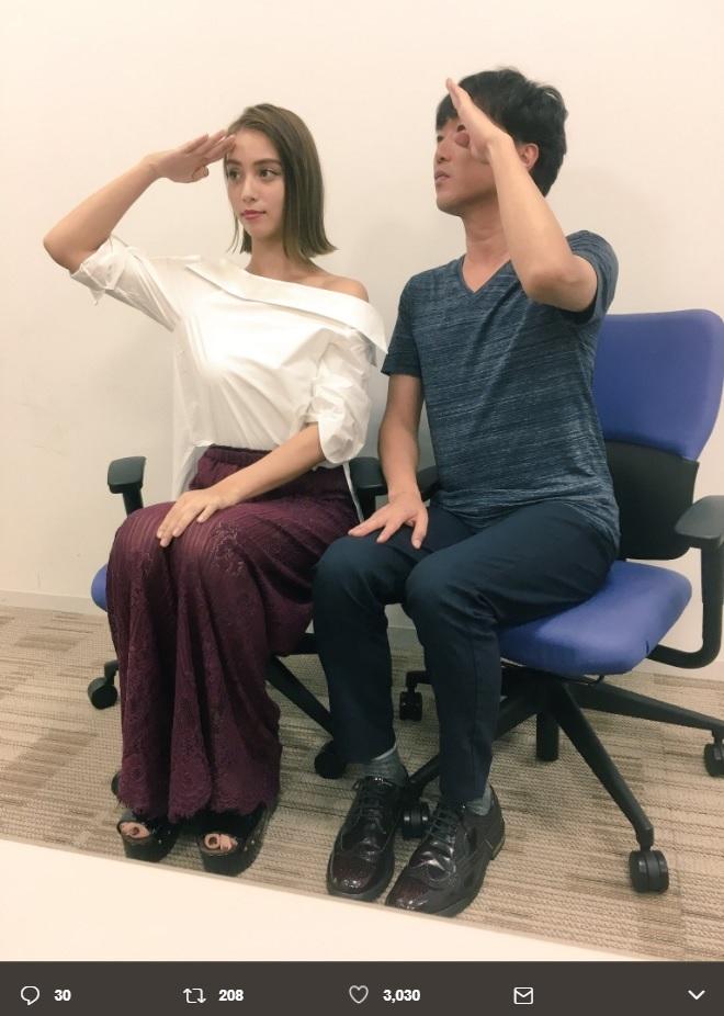 滝沢カレンと小沢一敬(画像は『小沢一敬 2017年6月29日付Twitter「面白すぎる人見つけた」』のスクリーンショット)