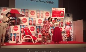 コントを披露する永野と高橋みなみ(画像は『高橋みなみ 2017年6月19日付Twitter「2017年「コカ・コーラ」サマーキャンペーン発表会に参加させていただきました!!」』のスクリーンショット)