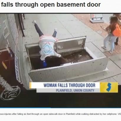 【海外発!Breaking News】歩きスマホの女性、気づかずガス管工事中の穴に転落(米)