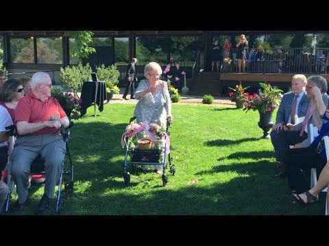 フラワーガールを務めた92歳女性(画像は『Inside Edition 2017年7月7日公開 YouTube「92-Year-Old Grandma Wows Guests as Flower Girl in Wedding With Decorated Walker」』のサムネイル)
