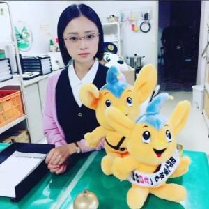 事務員・本条靖子役の安達祐実(画像は『安達祐実 2017年7月21日付Instagram「靖子です。今回もバシバシやってます。」』のスクリーンショット)