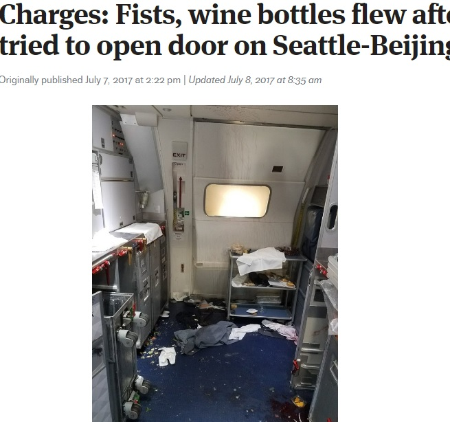 騒ぎが起きた機内(画像は『The Seattle Times 2017年7月7日付「Charges: Fists, wine bottles flew after passenger tried to open door on Seattle-Beijing flight」(Courtesy of U.S. Attorney's Office)』のスクリーンショット)