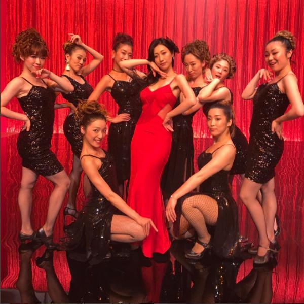 壇蜜、赤いドレスで妄想ミュージカルに登場(画像は『【公式】ウチの夫は仕事ができない 2017年7月22日付Instagram「いよいよ今夜10時「ウチの夫は仕事ができない」3話!!妄想ミュージカルに壇蜜さん参戦」』のスクリーンショット)