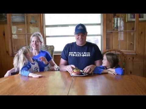 チャレンジしたパパに家族の反応は…(画像は『Joseph McCloskey 2017年6月14日公開 YouTube「Stinky Fish Challenge - Surstromming - Joe McCloskey Jr - Colorado Springs」』のサムネイル)