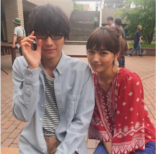 福士蒼汰と川口春奈(画像は『公式「愛してたって、秘密はある。」 2017年7月5日付Instagram「あの名シーン!爽のめがね外しシーンのオフショット」』のスクリーンショット)