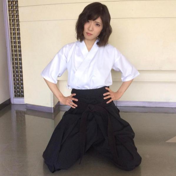 松岡茉優が袴姿になったワケ(画像は『【公式】ウチの夫は仕事ができない 2017年7月17日付Instagram「袴サーヤ」』のスクリーンショット)