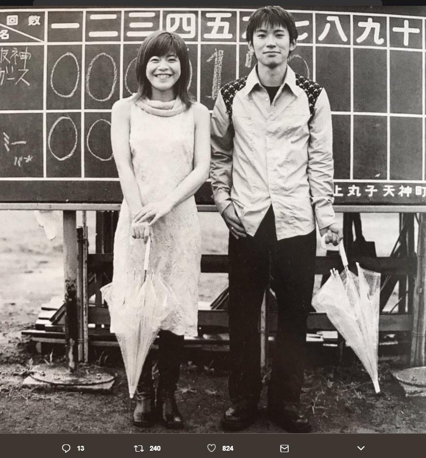 北川悦吏子と草野マサムネ(画像は『北川悦吏子 2017年7月8日付Twitter「友達が大掃除で見つけた私。草野くんと。」』のスクリーンショット)