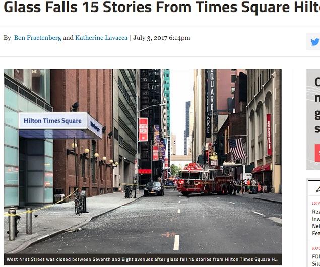 NYタイムズスクエアのヒルトンホテルが入ったビルからガラスが落下(画像は『DNAinfo New York 2017年7月3日付「Glass Falls 15 Stories From Times Square Hilton, FDNY Says」(DNAinfo/Katherine Lavacca)』のスクリーンショット)