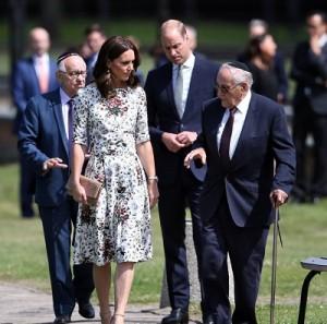 キャサリン妃は上品に!(画像は『Kensington Palace 2017年7月18日付Instagram「The Duke and Duchess visit Stutthof, the former Nazi German concentration camp in northern Poland,」』のスクリーンショット)