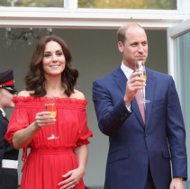 【イタすぎるセレブ達】キャサリン妃 オフショルダーのマキシドレスでガーデンパーティへ
