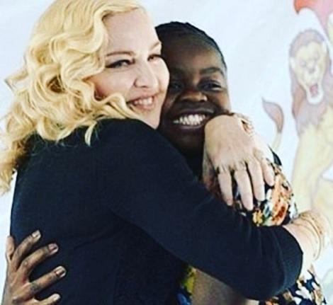 マドンナと養子マーシーちゃん(画像は『Madonna 2017年7月13日付Instagram「So. Proud of Mercy James!」』のスクリーンショット)