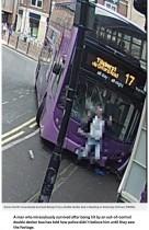 【海外発!Breaking News】2階建バスに激突された男性、かすり傷の軽傷に警察事故を信じず(英)<動画あり>