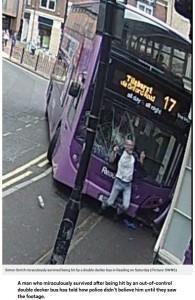 追突されたサイモンさん(画像は『Metro 2017年6月28日付「Man hit by double-decker bus says police didn't believe him until they saw CCTV」(Picture: SWNS)』のスクリーンショット)