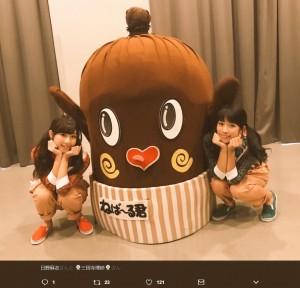 ミス納豆のしーくいーんとねば~る君(画像は『ねば~る君【本豆♪】 2017年7月4日付Twitter「#ミス納豆にえらばれた#しーくいーんの#日野麻衣ちゃんと#三田寺理紗ちゃん」』のスクリーンショット)