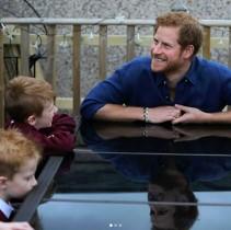 【イタすぎるセレブ達】英ヘンリー王子、若者のスマホ依存を嘆く「一日に150回も携帯チェックするなんて」
