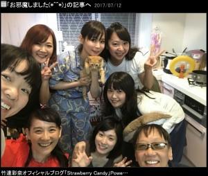 メポを抱くしょこたん、前列右が堀井雄二氏(画像は『竹達彩奈 2017年7月12日付オフィシャルブログ「お邪魔しました(*^^*)」』のスクリーンショット)
