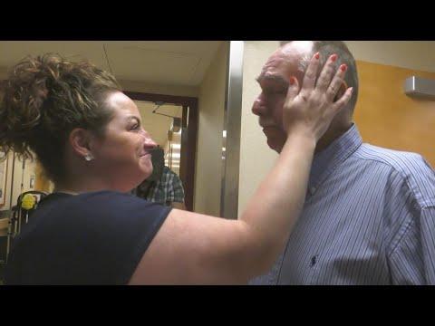 意識不明だった男性、命を救ってくれた医療チームと対面(画像は『Inside Edition 2017年8月8日公開 YouTube「Man Meets Medical Team That Saved His Life After Spending 37 Days Unconscious」』のサムネイル)