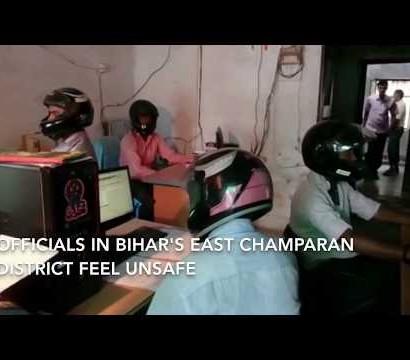 【海外発!Breaking News】インドの庁舎で何が? ヘルメットを被りデスクワークする職員たち<動画あり>