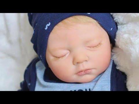 リボーンドールを見て父親は…(画像は『Inside Edition 2017年8月7日公開 YouTube「Dad Breaks Down in Tears Over Replica Doll of Stillborn Baby」』のサムネイル)