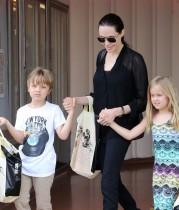 【イタすぎるセレブ達】アンジェリーナ・ジョリーと子ども達 スーパーで「ホットドッグがない!」と立ち去る